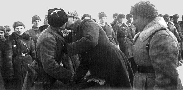 Генерал Власов вручает Катукову орден Ленина