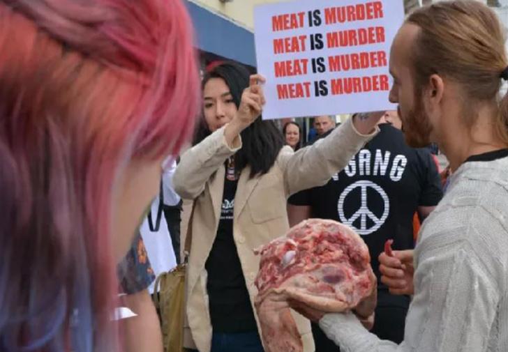 Фото №1 - Британец устроил акцию протеста, начав есть свиную голову на веганском фестивале (видео)