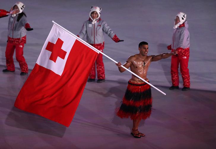 Фото №1 - Полуголый знаменосец из Тонга меняет на Олимпиаде уже третий вид спорта!