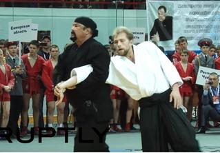 Скучающий Стивен Сигал провел мастер-класс по айкидо, но вышло наиграннее, чем в дешевых боевиках (грустное видео)