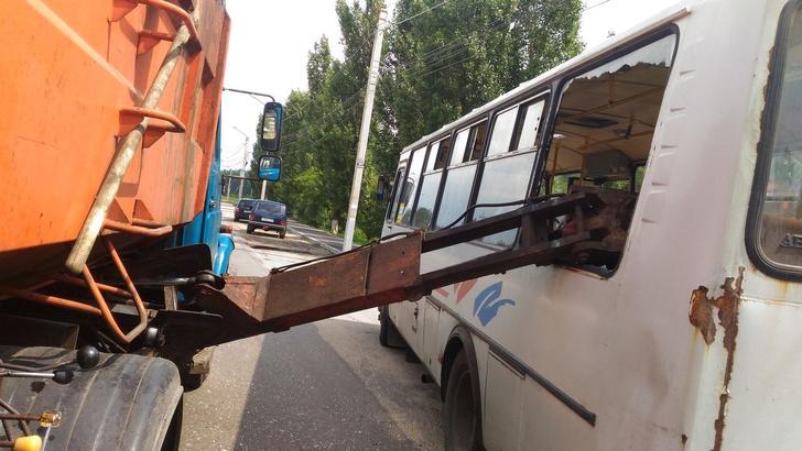 Фото №2 - Мусоровоз уронил ковш на маршрутку и проломил голову пассажирке! (ФОТО и ВИДЕО очевидца)