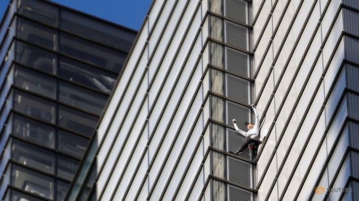 Фото №1 - «Я не псих!» — заявил французский экстремал и залез на 230-метровый небоскреб без страховки