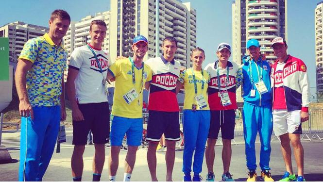 Российские и украинские спортсмены решили сфотографироваться вместе в олимпийской деревне