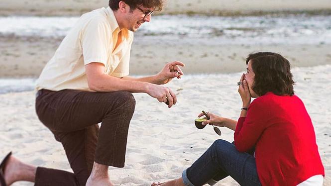 Молодые люди делают предложение руки и сердца при помощи авокадо