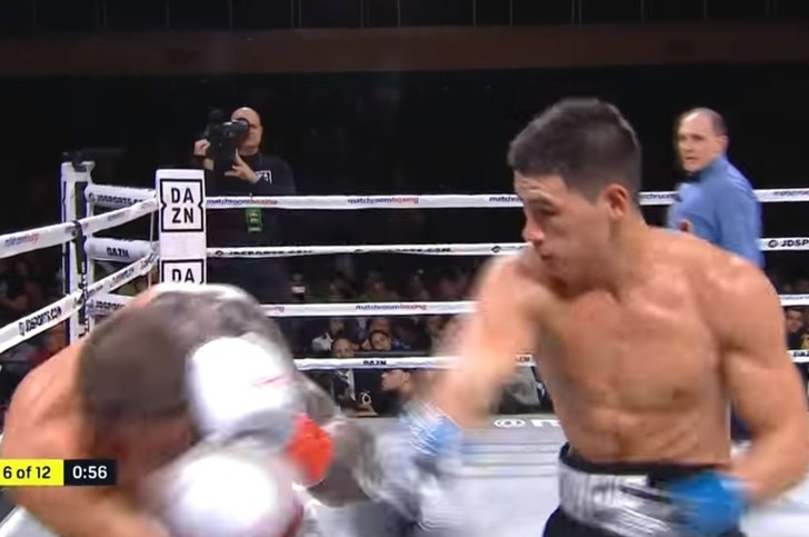 Фото №1 - Непобедимый русский боксер сокрушил американского и защитил титул чемпиона мира в пятый раз (видео)