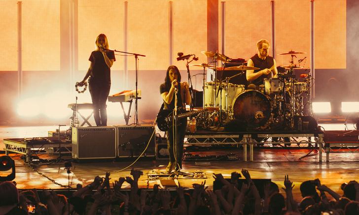 Фото №10 - Лечение роком. Что вытворяют на своих концертах культовые британцы Placebo