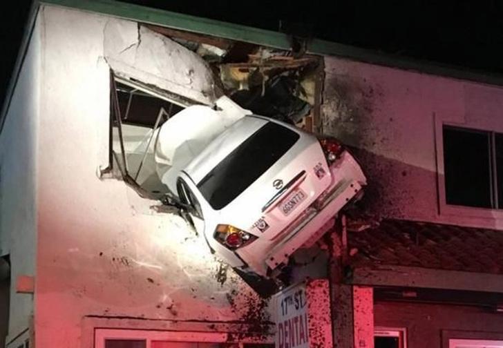 Фото №2 - Самая безумная авария года! Автомобиль въехал на второй этаж!