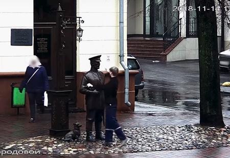 Парень дал пощечину памятнику. Его поймали, завели дело и записали извинения на камеру (видео)
