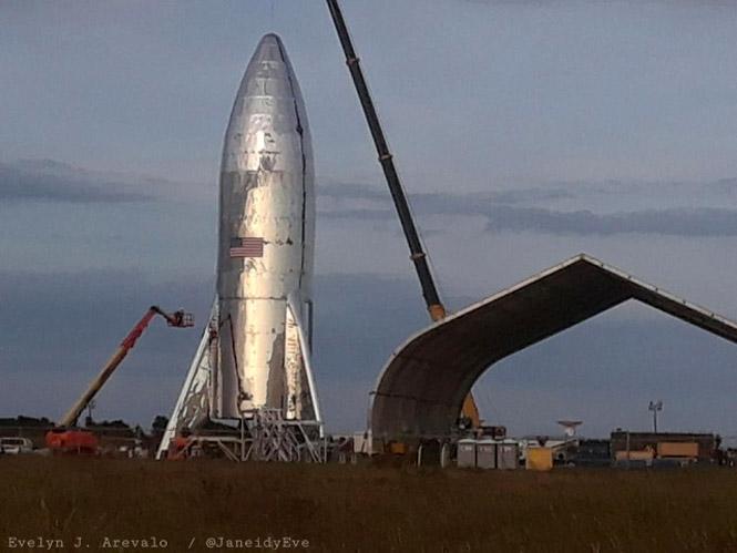 Фото №2 - От сильного ветра у Илона Маска опрокинулась межпланетная ракета