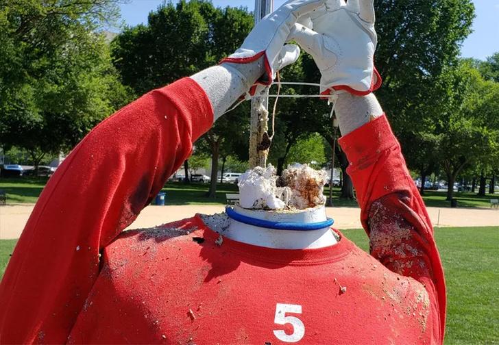 Фото №1 - Почему запускать фейерверк из рук — плохая идея (видео от Комиссии по безопасности товаров США)