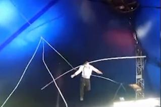 Канатоходец, выполняя трюк, сорвался из-под купола и упал на арену (пугающее ВИДЕО)