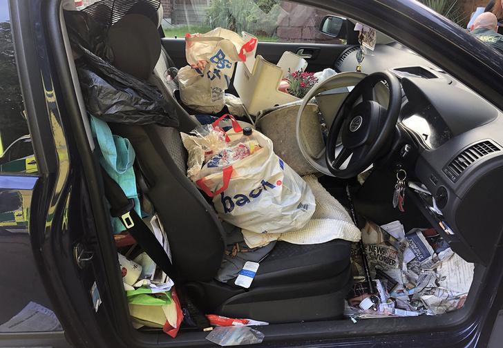 Фото №1 - Британец устроил ДТП, потому что не смог добраться до ручника из-за мусора в салоне (отвратительные фото)
