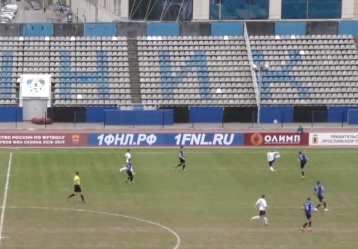 Фото №1 - Российский футболист подбил мячом птицу на лету во время матча (видео)