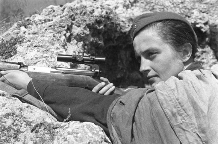 Герой Советского Союза, снайпер 25-й Чапаевской дивизии Людмила Михайловна Павличенко (1916—1974). Уничтожила свыше 300 фашистских солдат и офицеров