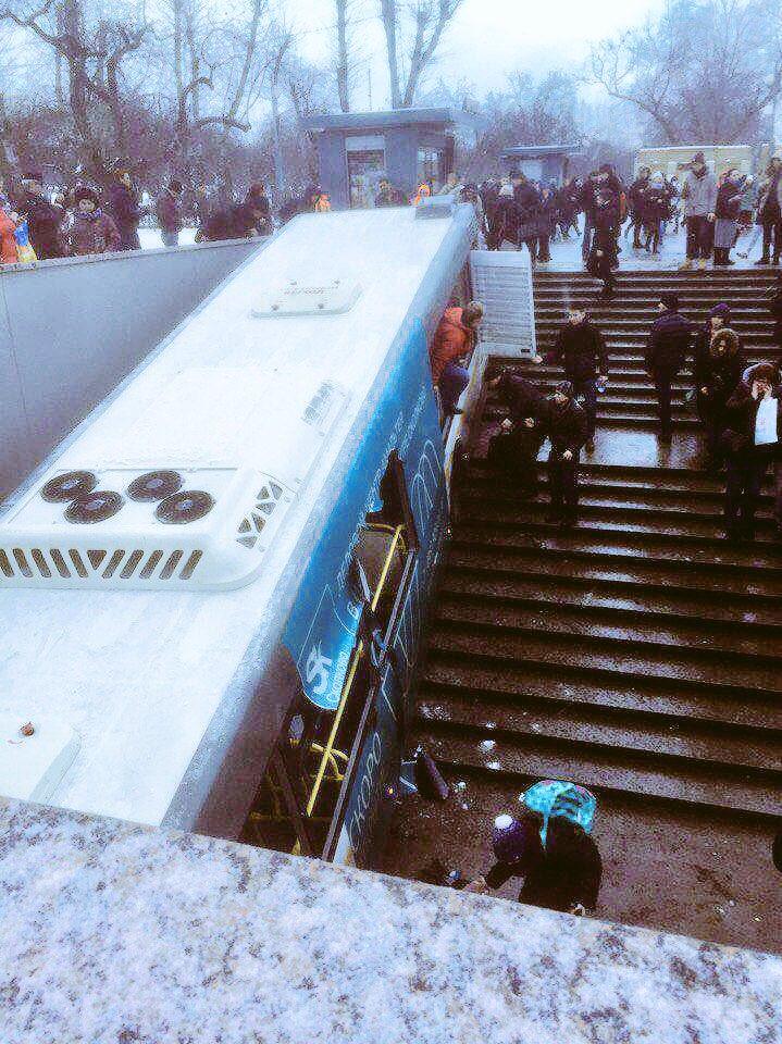 Фото №1 - В Москве пассажирский автобус, сбив прохожих, на скорости въехал в подземный переход (ВИДЕО)