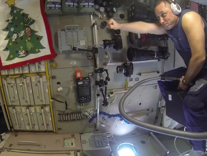 На МКС испытали полет на пылесосе (ВИДЕО)