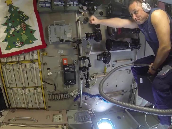 Фото №1 - На МКС испытали полет на пылесосе (ВИДЕО)