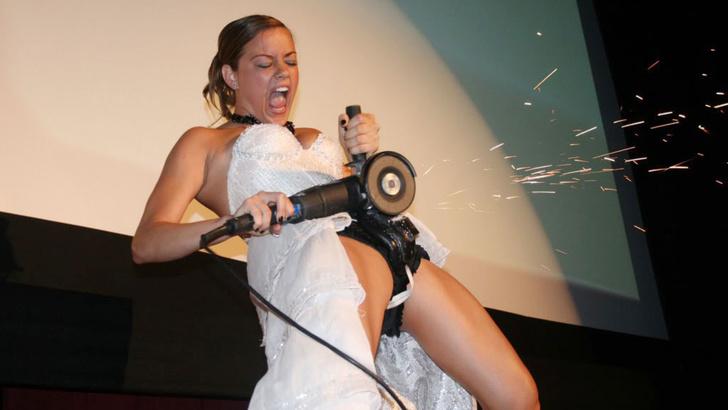 Фото №1 - Интернет феерично отреагировал на фото невесты, избавляющейся от пояса верности!