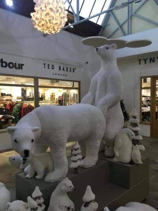 Фото №2 - Торговый центр извинился за скульптуры с белыми мишками. Они получились слишком эротичными