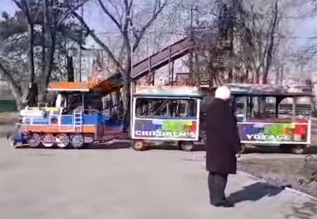Фото №1 - В Омске детский паровозик катался по парку под Rammstein и прославился на всю страну (видео)