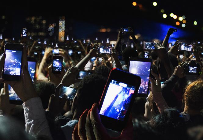 В Америке запрещают снимать смартфонами концерты. Мы — за!