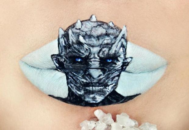 Фото №1 - Девушка ювелирно рисует персонажей культовых фильмов на губах