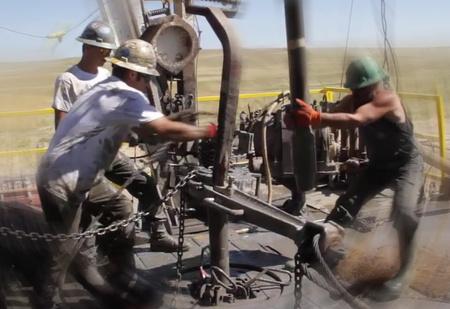 Мужчины за работой: монтаж буровой вышки (видео для медитации)