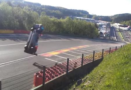 Пригнись! Болид российского гонщика делает смертельное сальто на скорости 300 км/ч! ВИДЕО