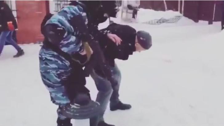 Фото №1 - Как правильно конвоировать арестованного (ВИДЕО)