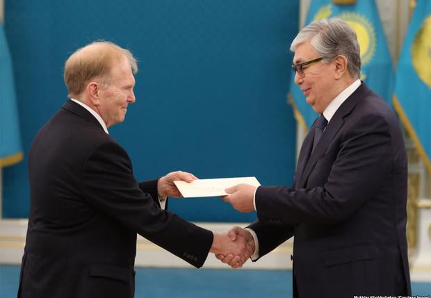 Фото №2 - СМИ обнаружили, что президента Казахстана «омолодили» на официальных фото