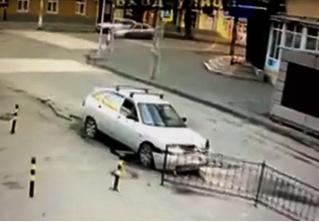 Самый хладнокровный водитель в мире обнаружен в Ростове-на-Дону. Эффектное видео аварии прилагается
