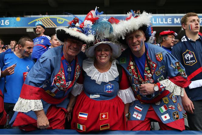 Слепой испанец, бешеные ирландцы и Дед Мороз. Почему фанаты на Евро-2016 — это не только драки