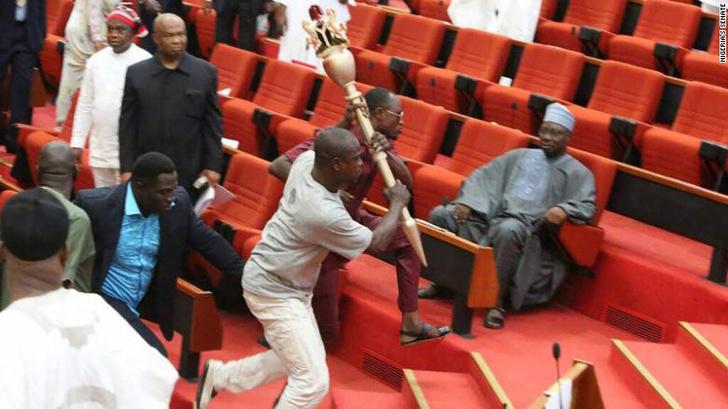 Фото №1 - Из Нигерийского парламента похитили церемониальную булаву. Законодательная власть парализована