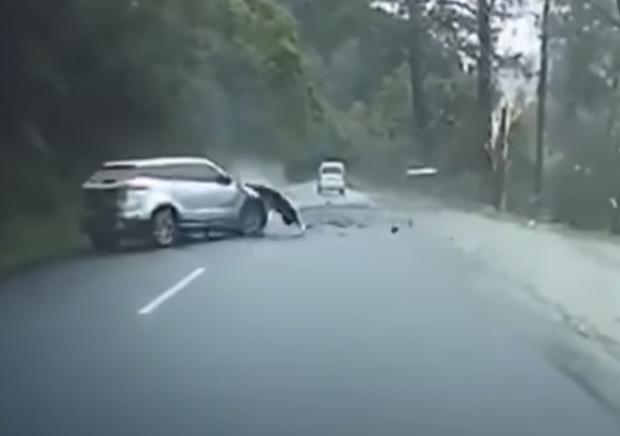 Фото №1 - Огромный камень падает со скалы на машину и разбивает ее вдребезги (видео)