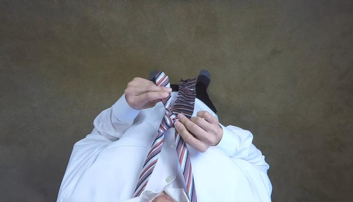 Фото №1 - Как завязывать галстук: видео от первого лица