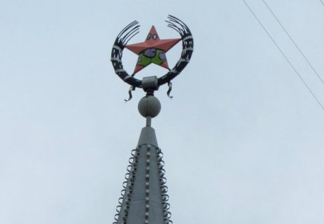Фото №1 - В Воронеже звезду на здании покрасили в персонажа из «Губки Боба»!