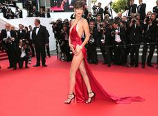 Знаменитости поддержали новый тренд «вагино-платья»!
