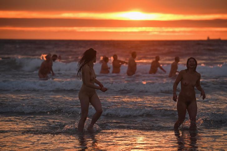 Фото №2 - Заплыв наготы и доброты: 400 совершенно голых людей окунулись в море с восходом солнца