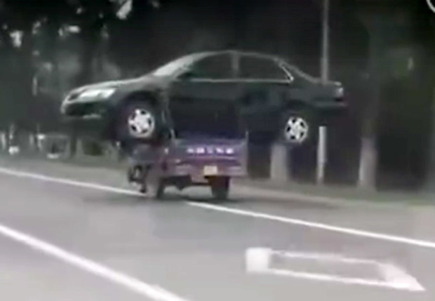 Фото №1 - Китаец перевозит машину на мотороллере. Антигравитационное ВИДЕО!