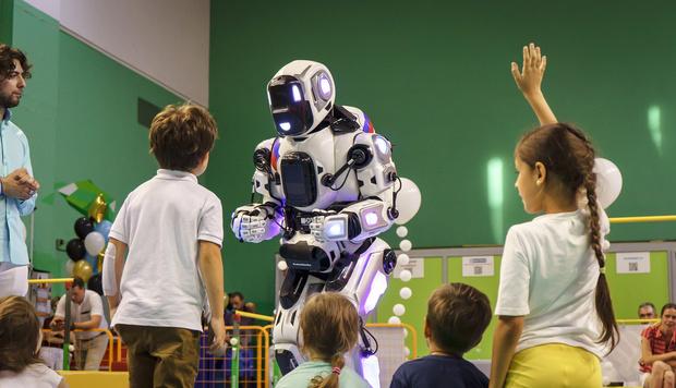 Фото №2 - В Ярославле на выставке показали «самого современного» российского робота, очень похожего на человека в костюме робота