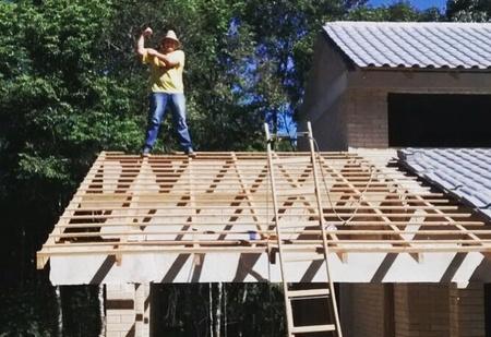 Парень построил дом по инструкциям из YouTube своими руками и сэкономил половину денег