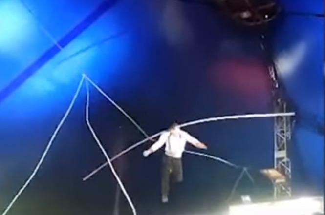 Фото №1 - Канатоходец, выполняя трюк, сорвался из-под купола и упал на арену (пугающее ВИДЕО)