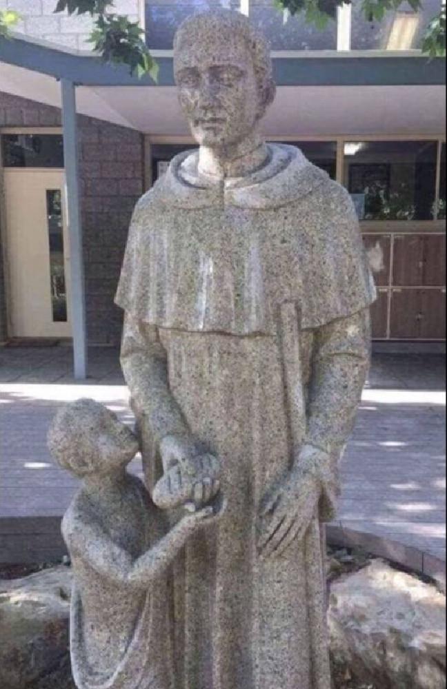 Фото №1 - Неприличную статую священника с ребенком установили в австралийской католической школе