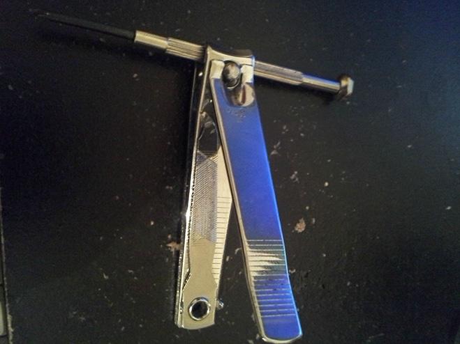 Используй кусачки для ногтей в качестве рычага для маленьких отверток