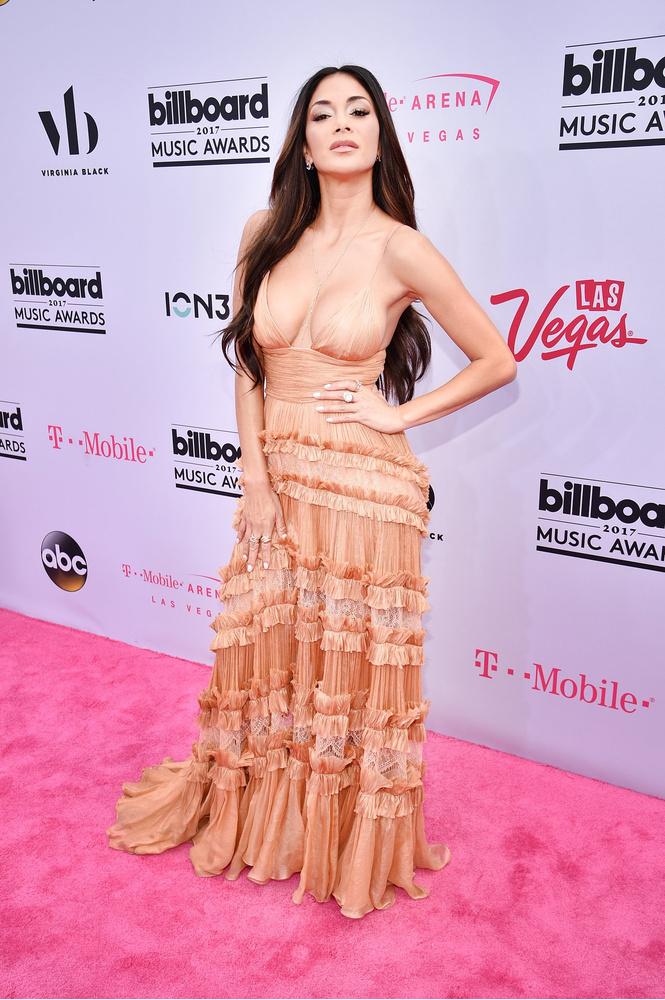 Вагино-платья, «голые» платья и другие смелые наряды звезд на церемонии Billboard Awards
