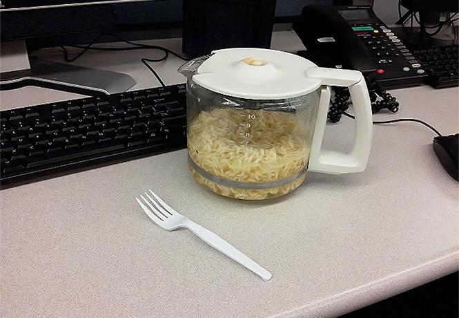 Фото №1 - 19 жалостливых фотографий офисных обедов