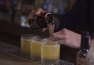 Как попасть в закрытые бары и из чего делают модный коктейль «Пенициллин» (видео)