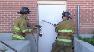 Как пожарные вскрывают сложные двери (видео)