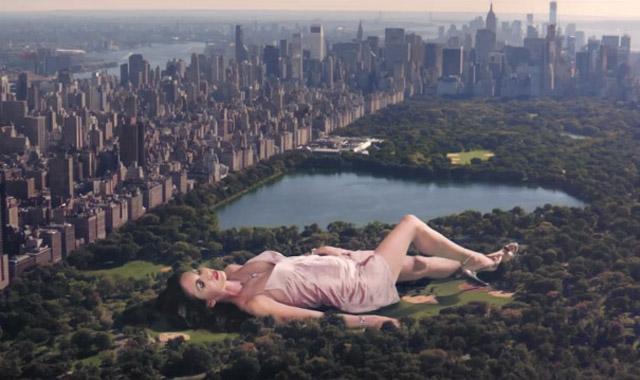 Фото №3 - Это надо видеть! Рекламная кампания с сексуальной Меган Фокс в виде гигантского монстра