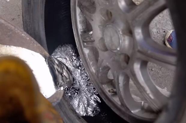 Фото №1 - Мужики залили автомобилю в колеса 20 кило свинца и погоняли (видео)